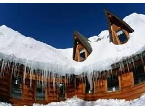 Как избежать падения опасных льдин и сосулек